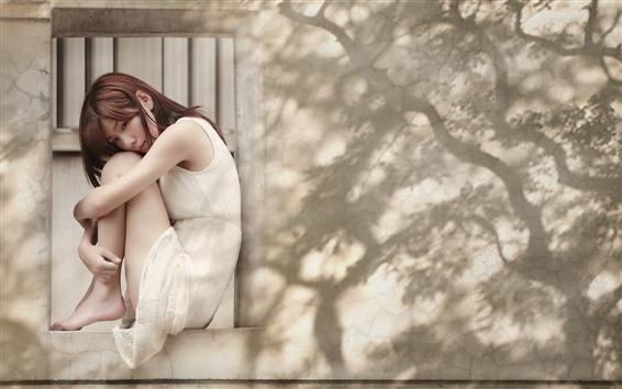 Обои Азиатская девушка, грусть, окно, стена