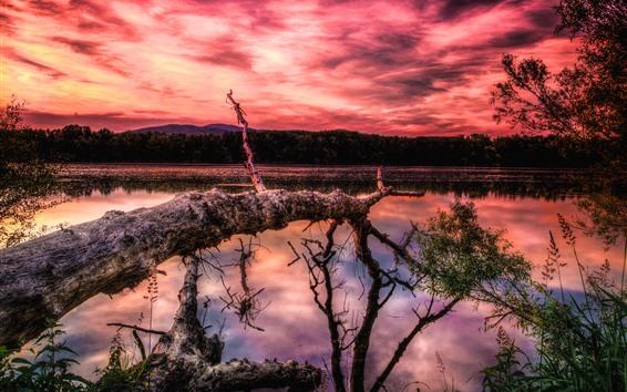 Papéis de Parede Lago, árvores, montanhas, céu vermelho, nuvens, pôr do sol
