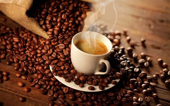 Обои Одна чашка кофе, пар, много кофейных зерен