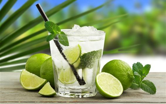 Обои Одна чашка коктейля, зеленая лайма, лед, напитки