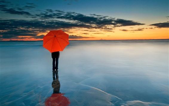 Papéis de Parede Guarda-chuva vermelho, pessoas, horizonte, mar, nuvens, pôr do sol