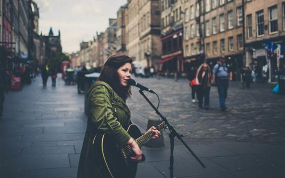 Fond d'écran Fille chantante, guitare, rue