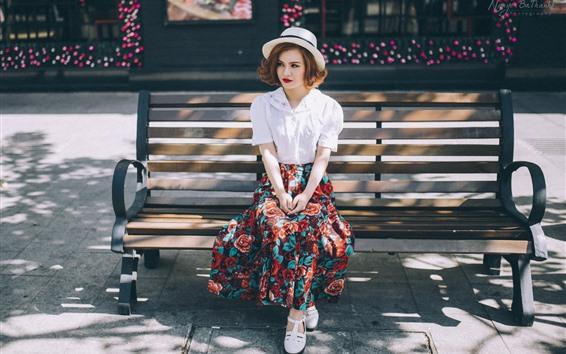 Обои Девушка сидит на скамейке, шляпе, юбке, солнечный свет, лето