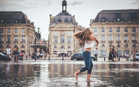 Обои Девушка каштановые волосы играют воду, всплеск, город