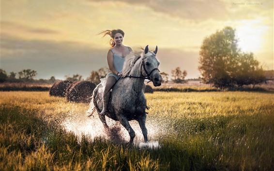 Hintergrundbilder Mädchen reiten Pferd, glücklich, Gras, Wasserspritzen