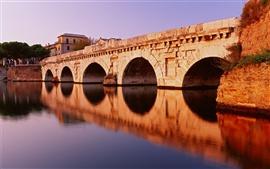 Puente de piedra y la reflexión