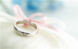 Обручальное кольцо крупным планом