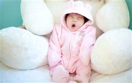 Bebê bocejando bonito