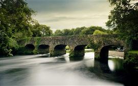 Rivière et pont de pierre