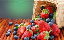 Uma cesta de morangos e blueberries