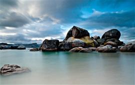 Валуны в море, голубое небо