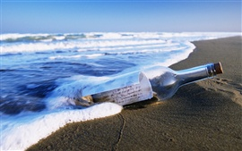 Морской пляж дрейфом бутылки