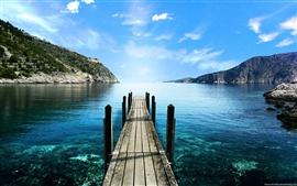 Lago de montaña pasarela