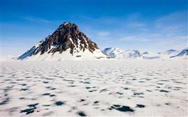 얼어붙은 눈 덮힌 산들 북극의 아름다움