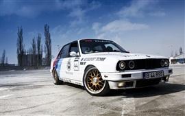 Седан BMW 3 серии E30 белый автомобиль