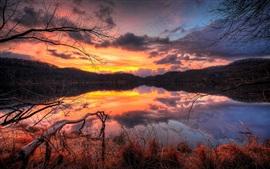 Сумерках закат красный над озером