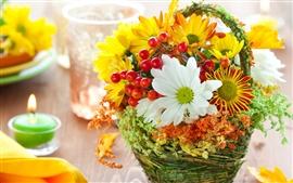 No ambiente de trabalho ainda vida, flores, frutos pequenos, velas