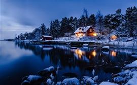 Estocolmo, Suecia, paisaje de invierno de nieve, casas, lago, bosque, estilo azul