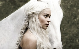 Game of Thrones, Emilia Clarke con el caballo, el pelo blanco