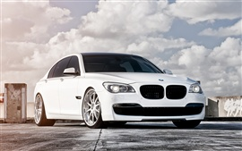 Preview wallpaper 2013 BMW 750 white color