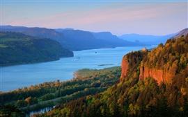Río Columbia, bosque, montañas, paisaje de la naturaleza