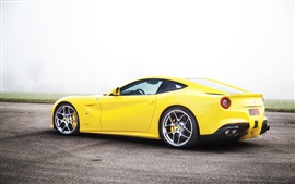 Supercar amarillo, vista lateral Ferrari F12