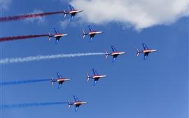 Авиашоу, самолеты выстроились полет, голубое небо