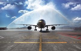 Airbus A330 пассажирский самолет, полив, аэропорт
