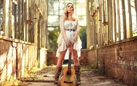 Hermosa chica de la guitarra, la música, el sol