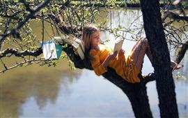 미리보기 배경 화면 나무에 여자는 책을 읽고