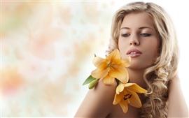 壁紙のプレビュー 黄色の花を持つ少女