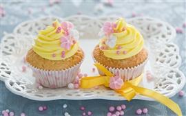 Желтый украшения цветы, пирожные с кремом