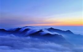 Paisaje de la naturaleza por la mañana, colinas, nubes, niebla, amanecer, azul