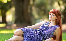 Aperçu fond d'écran Jeune fille aux cheveux rouges couché herbe