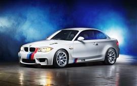 BMW 1M coupé branco, fumo, azul, luzes