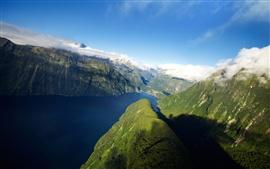 Nova Zelândia, fiorde, montanhas, mar, nuvens brancas