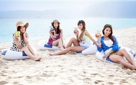 Preview wallpaper SISTAR beautiful girls at beach