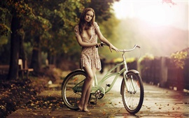 Menina descalça bonito, bicicleta, queda