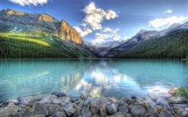 Lago de água reflexão, montanhas, floresta, céu, rochas, nuvens