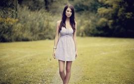 Vestido da menina de cabelos longos na natureza