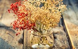 Placa de madeira, pequenas flores, vaso