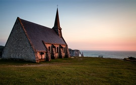 Iglesia, Normandía, Francia, por la noche, el mar, el horizonte