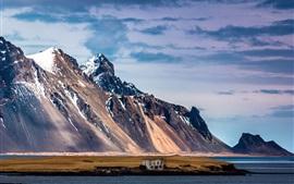 Montañas, lago, casa rota