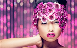 Menina de maquiagem, flores roxas