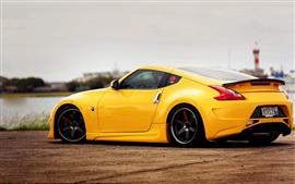 Nissan 370z vue de côté de la voiture jaune
