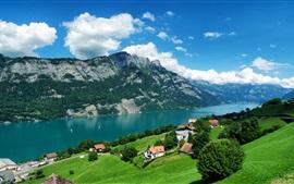 Bleu ciel, les nuages, les montagnes, les arbres, l'herbe, la rivière, village, maison