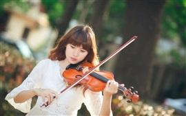 A menina asiática, violino, música, luz solar