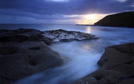 Aperçu fond d'écran Soir, mer, océan, rochers, montagne, coucher de soleil, ciel, nuages, bleu