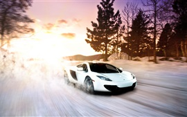 McLaren MP4-12C supercar blanco en invierno la nieve