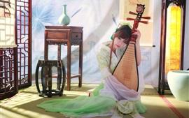 Menina chinesa clássica bonita que joga a pipa